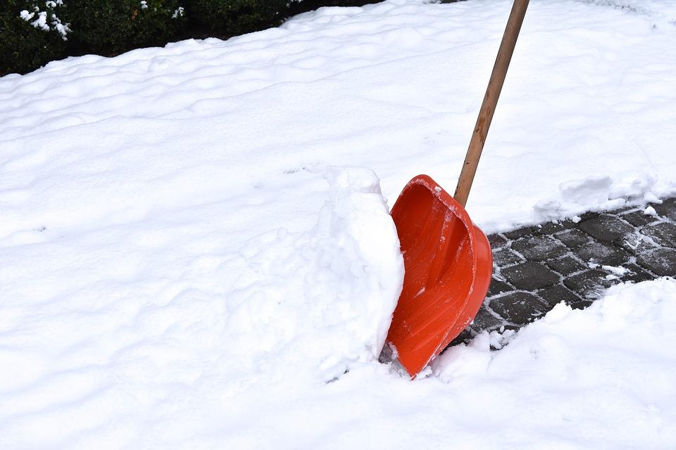 Kā pareizi tīrīt sniegu pagalmos un no jumtiem?
