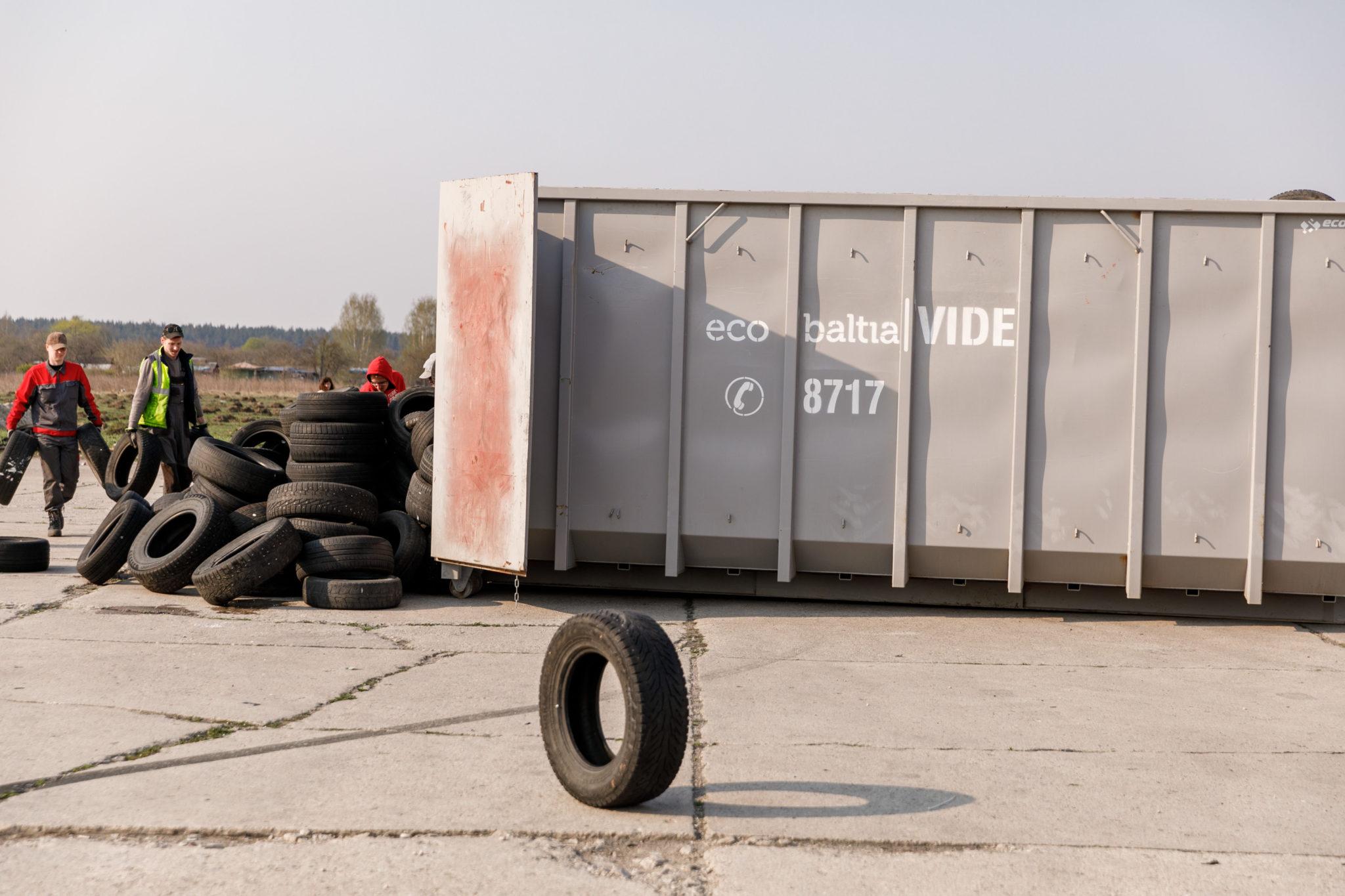 """""""Eco Baltia vide"""" atbrīvojusi Rumbulas lidlauka teritoriju no nelegāli atstātajām riepām"""